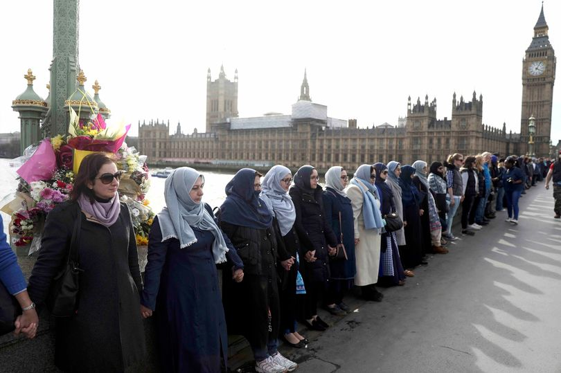 PROD-Participants-in-the-Womens-March-gather-on-Westminster-Bridge-to-hold-hands-in-silence-to-remembe Лондон хотноо амиа алдагсдад хүндэтгэл үзүүлэв