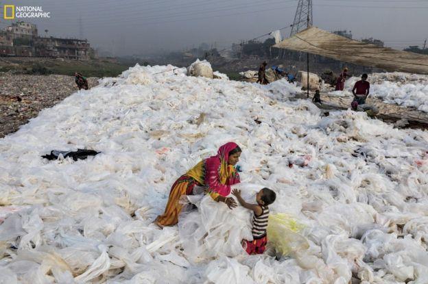 101683654_ngm_0618_plastics_001-1 National Geographic: Хуванцар хог хаягдлын уршигаар далай тэнгис сүйрч байна