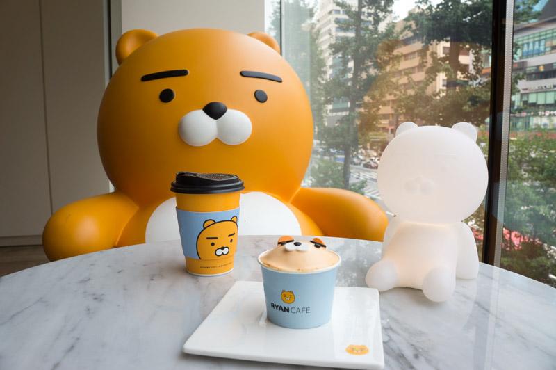 """kakao-friends-2 Өмнөд Солонгост  таныг ганцаардуулахгүй """"өхөөрдөм"""" зургаан кафе"""