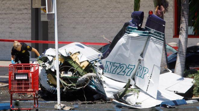 102842664_mediaitem102842663 Дэлгүүрийн зогсоолд нисэх онгоц осолдож таван хүн амиа алджээ