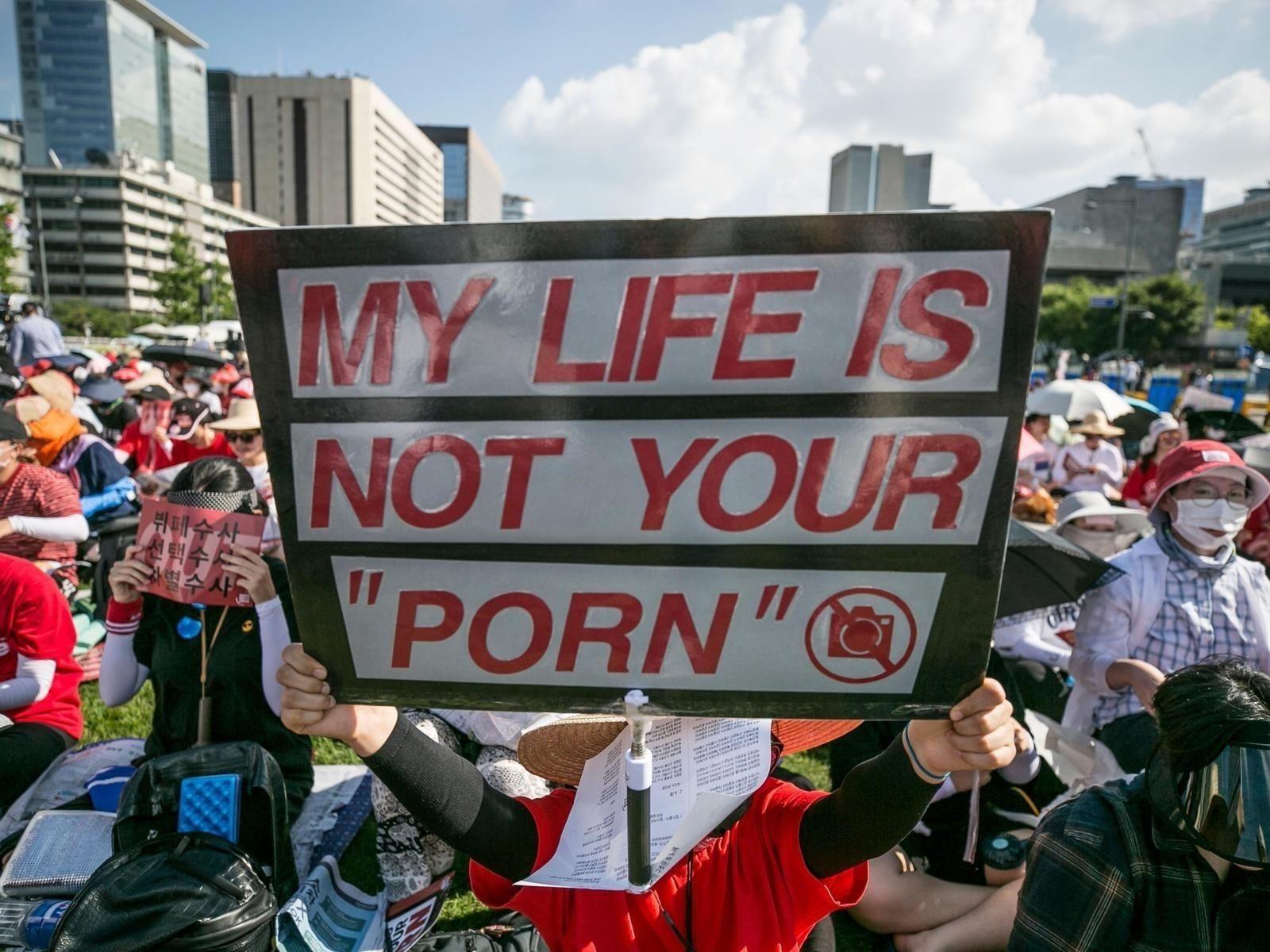 """795eaa_spycam_demonstration_seoul_x974 """"Бидний амьдрал та нарын үздэг порно биш"""" гэв"""