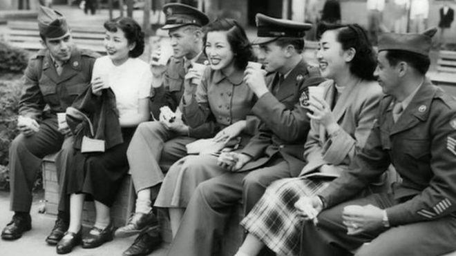 84869204_socialisingamericans Зөвлөлтийн цэргүүдэд өргөл болгосон Япон бүсгүйчүүдийн түүхийг ил болгожээ