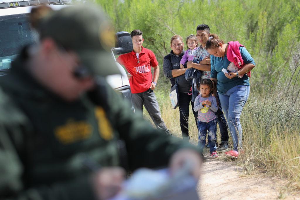 GettyImages-973124260-1024x683 Фэйсбүүк группүүд цагаачдыг хууль бусаар хил давахад тусладаг