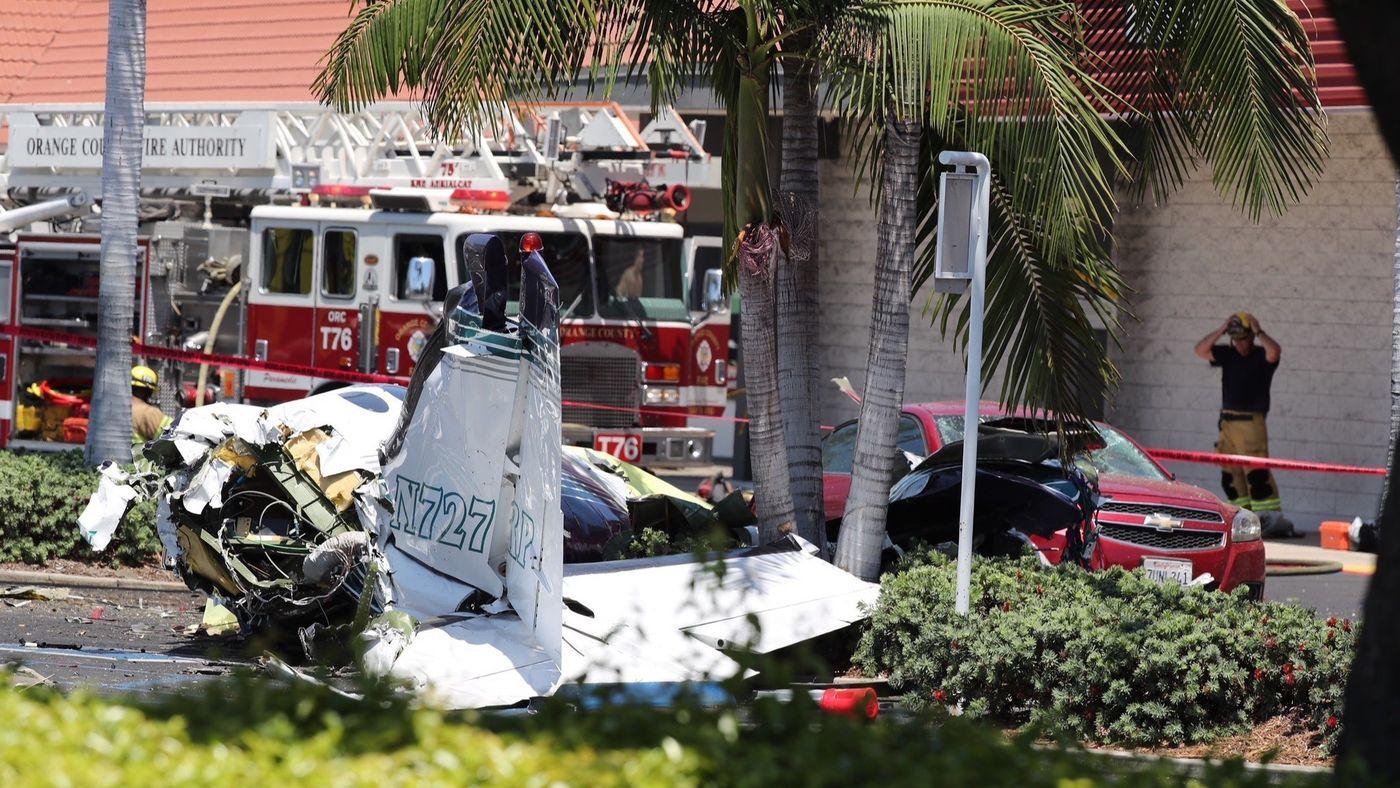 la-1533502067-uez3l14mkd-snap-image Дэлгүүрийн зогсоолд нисэх онгоц осолдож таван хүн амиа алджээ