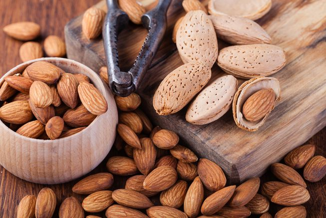 almonds_nut_cracker.jpg.653x0_q80_crop-smart Өөхийг уйлуулах шидэт 9 хүнсний бүтээгдэхүүн