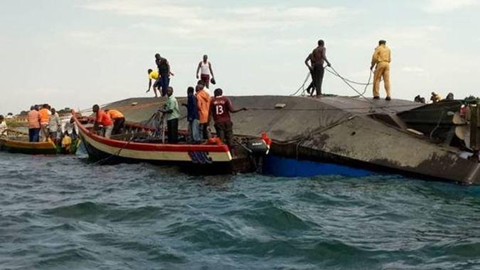 rescuers-aboard-the-capsized-ship Усан онгоцны даац хэтэрч, 200 гаруй хүн ор сураггүй болжээ