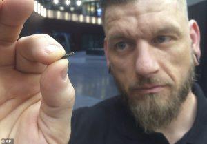 02-10-300x209 Шведүүд гартаа интернэтэд ордог бичил чип суулгуулдаг болов