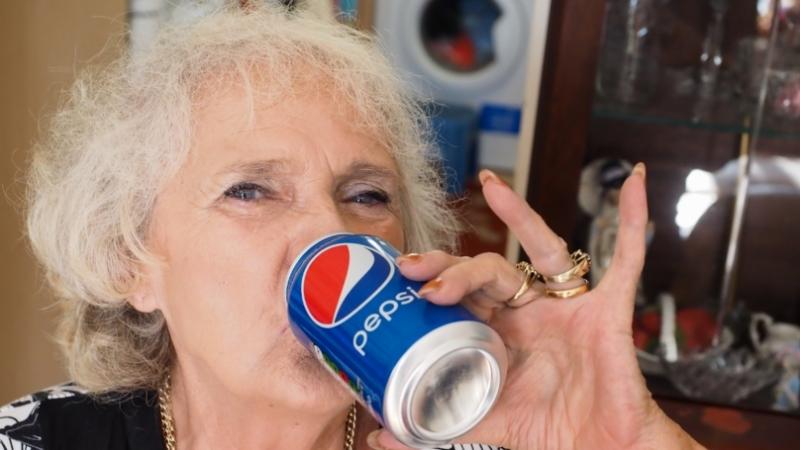 9d903a2f51367d8d30f0a8be5a69ed6963418509 Өнгөрсөн 60 жилийн турш зөвхөн Пепси уусан эмэгтэй
