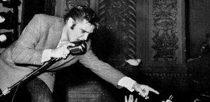 Elvis-Presley-on-stage-300x147 Черчиллийн тамхины иш, Линкольны үс гэх мэт дуудлага худалдаанд зарагдсан этгээд хачин зүйлс