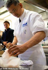 5686688-6345489-image-a-67_1541151587112-1-204x300 Японы ахлах тогооч тосонд буцалж буй хоолоо нүцгэн гараараа хутгадаг