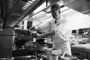 5686692-6345489-image-a-82_1541154027799-1-300x200 Японы ахлах тогооч тосонд буцалж буй хоолоо нүцгэн гараараа хутгадаг