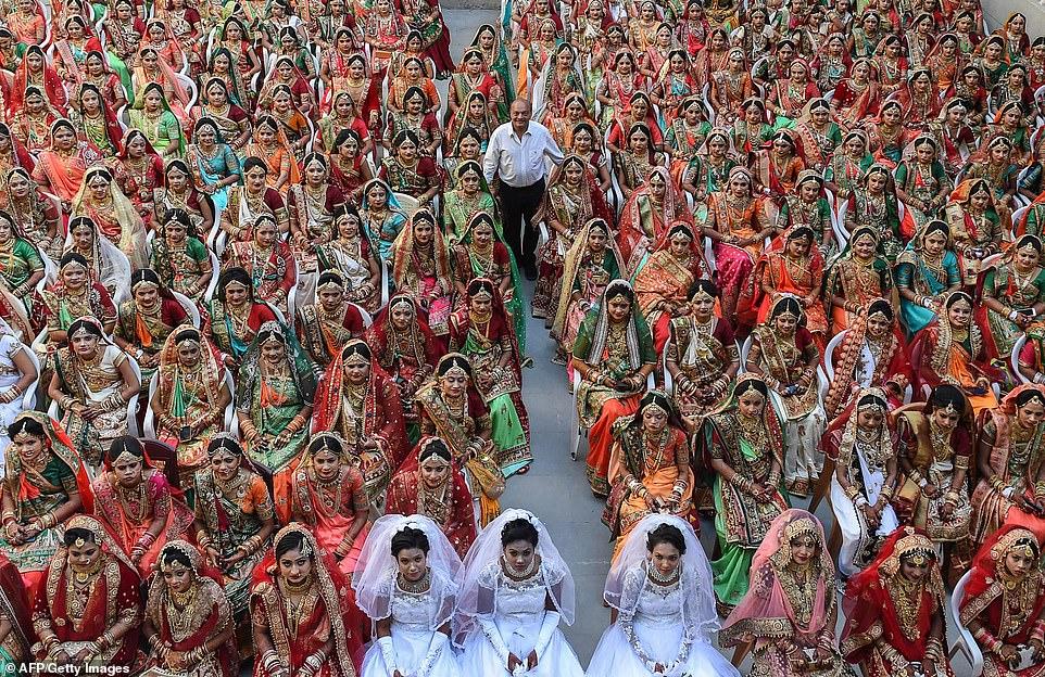 1-25 Энэтхэгийн алмаазны худалдаачин өнчин охидын хуримыг зохион байгууллаа
