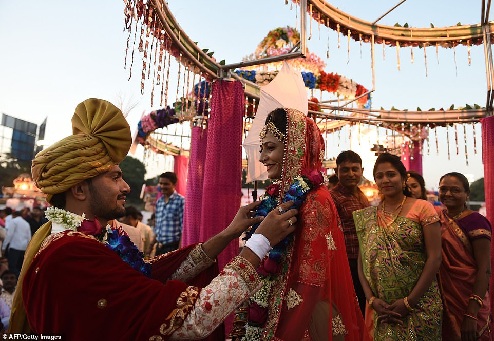 2-15 Энэтхэгийн алмаазны худалдаачин өнчин охидын хуримыг зохион байгууллаа