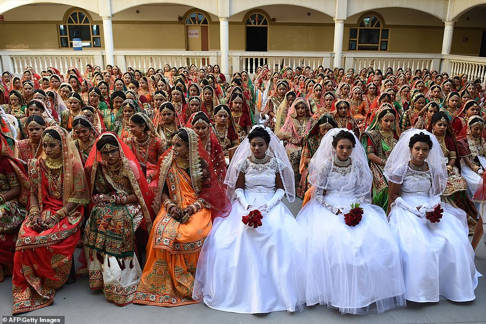 3-14 Энэтхэгийн алмаазны худалдаачин өнчин охидын хуримыг зохион байгууллаа