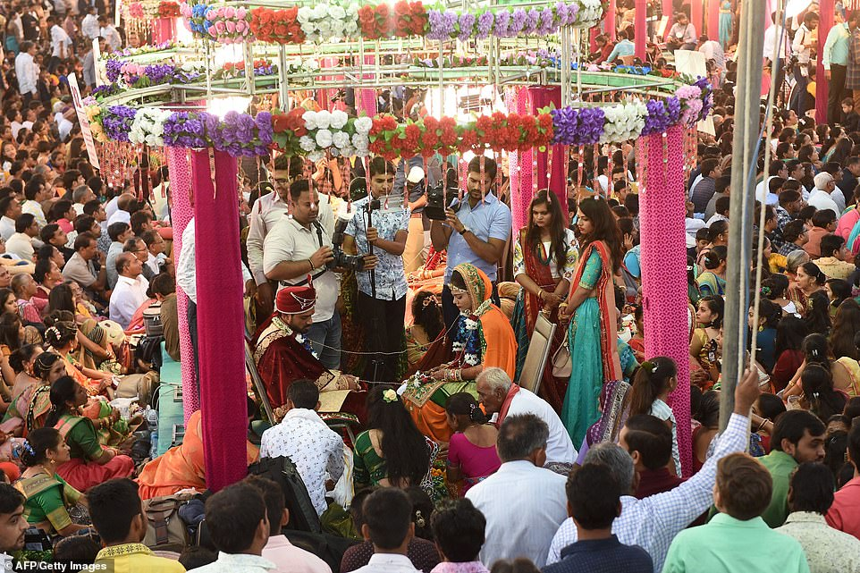 4-16 Энэтхэгийн алмаазны худалдаачин өнчин охидын хуримыг зохион байгууллаа