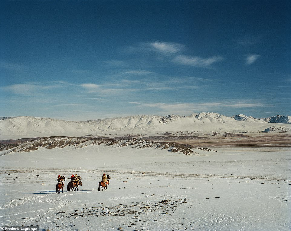 6644282-6429135-A_group_of_hunters_on_horseback_ride_across_the_snowy_landscape_-a-73_1544201485339 Фото: Английн гэрэл зурагчны дуранд Монгол улс