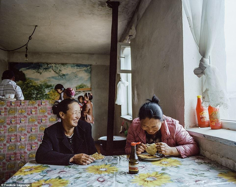 6644306-6429135-image-a-104_1543224840038 Фото: Английн гэрэл зурагчны дуранд Монгол улс