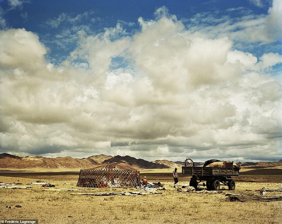 6644308-6429135-image-a-107_1543224851852 Фото: Английн гэрэл зурагчны дуранд Монгол улс