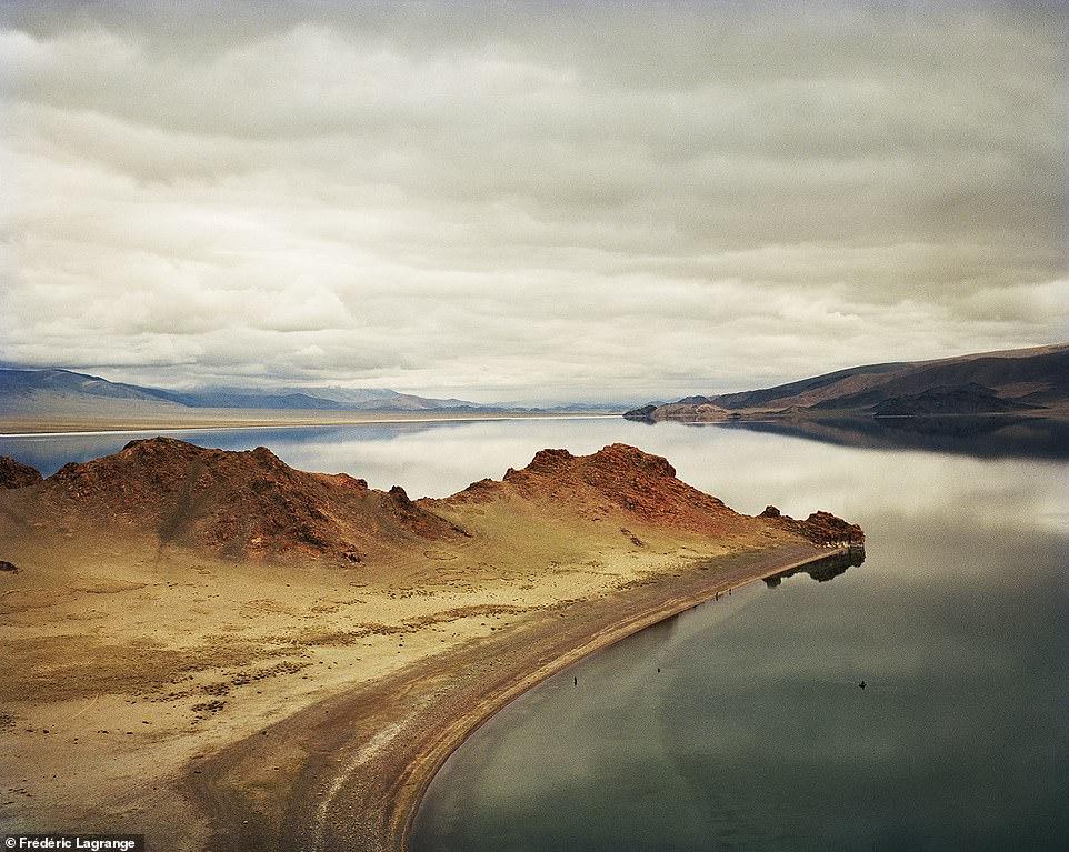 6644314-6429135-image-a-113_1543224886834 Фото: Английн гэрэл зурагчны дуранд Монгол улс