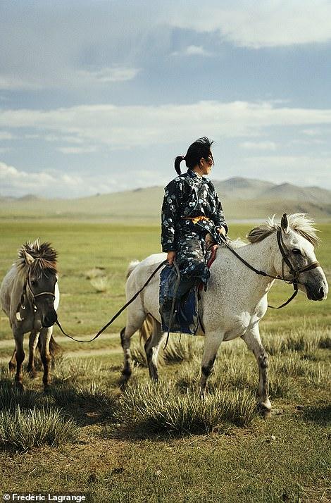 6644320-6429135-A_woman_on_horseback_brings_a_horse_back_to_camp_in_the_Orkhon_v-a-72_1544201485335 Фото: Английн гэрэл зурагчны дуранд Монгол улс