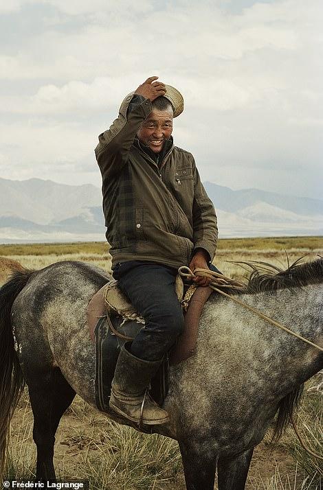 6644330-6429135-image-a-109_1543224863931 Фото: Английн гэрэл зурагчны дуранд Монгол улс