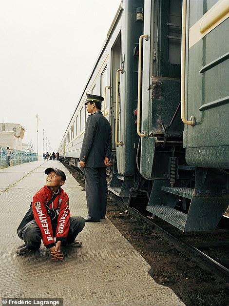 6644338-6429135-image-a-106_1543224846457-1 Фото: Английн гэрэл зурагчны дуранд Монгол улс