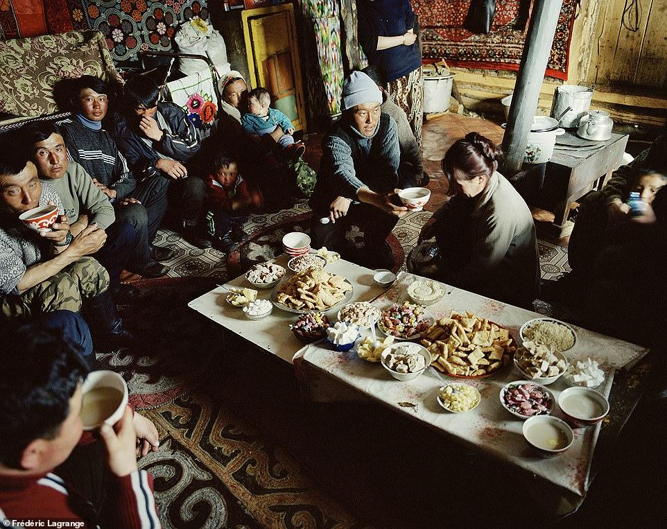 6644346-6429135-image-a-103_1543224834621 Фото: Английн гэрэл зурагчны дуранд Монгол улс