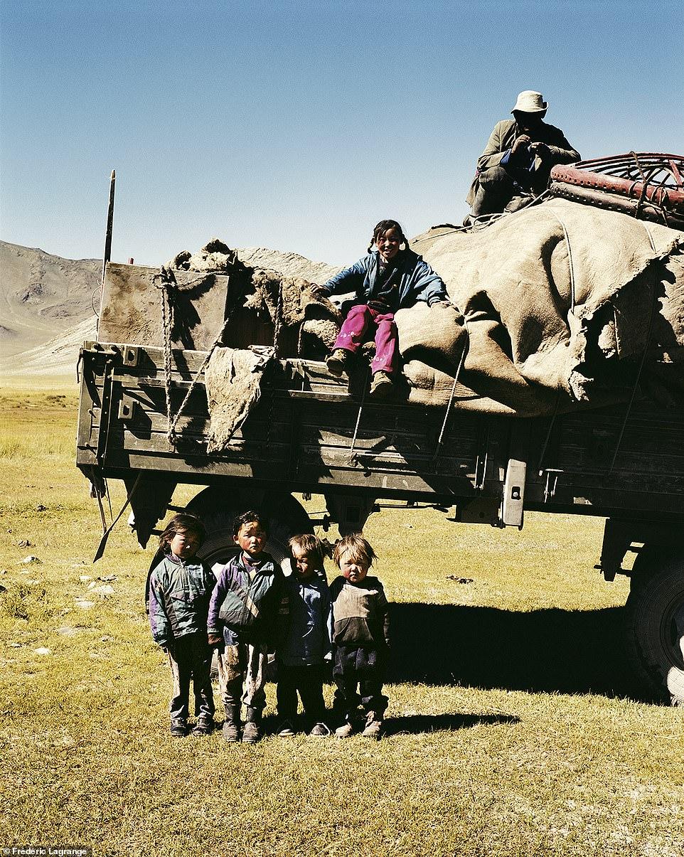 6644354-6429135-image-a-102_1543224825652 Фото: Английн гэрэл зурагчны дуранд Монгол улс