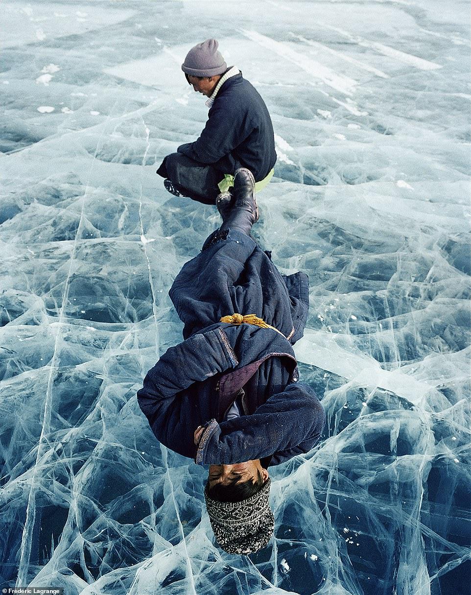 6644360-6429135-image-a-99_1543224808530 Фото: Английн гэрэл зурагчны дуранд Монгол улс