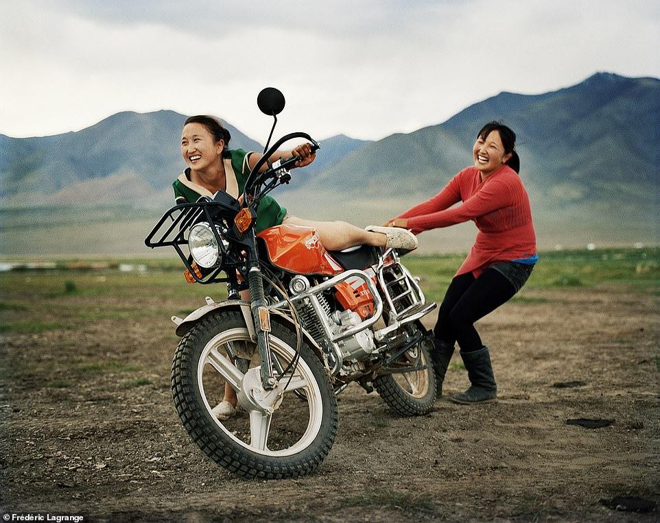 6644376-6429135-image-a-115_1543224899750 Фото: Английн гэрэл зурагчны дуранд Монгол улс