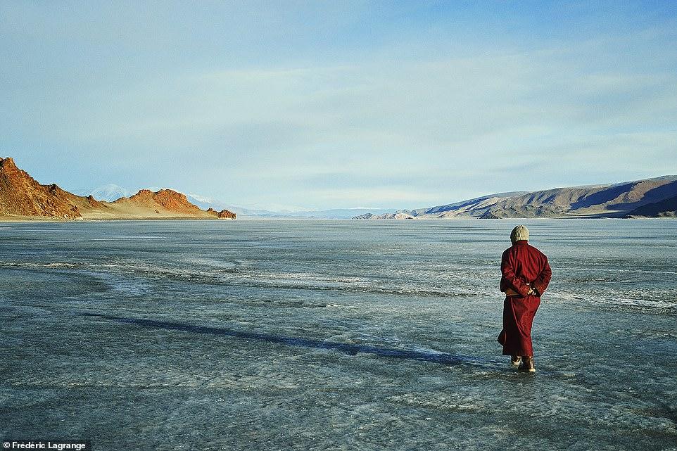 6644392-6429135-image-a-100_1543224813091 Фото: Английн гэрэл зурагчны дуранд Монгол улс