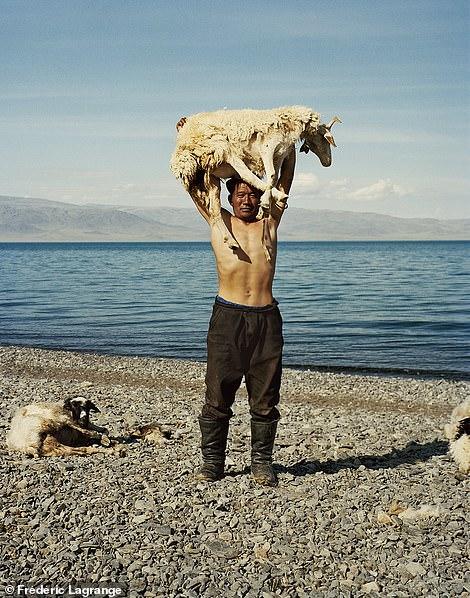 6658158-6429135-image-a-141_1543248080993 Фото: Английн гэрэл зурагчны дуранд Монгол улс