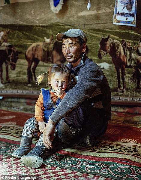 6658206-6429135-image-a-142_1543248085393 Фото: Английн гэрэл зурагчны дуранд Монгол улс