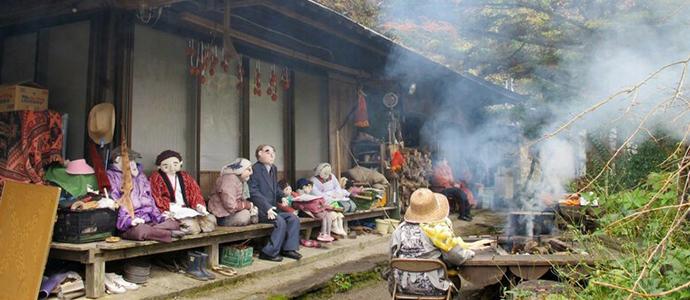 a01 Хүн амгүй шахам болсон тосгонд хүүхэлдэй эзэн суужээ
