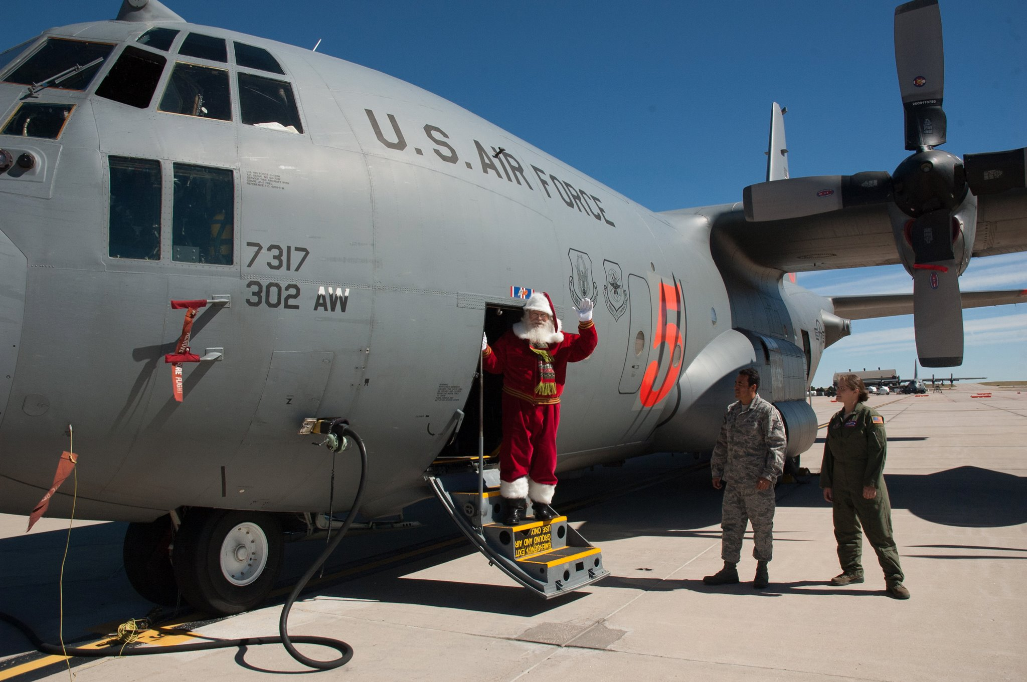 santa-on-norad-cargo-plane Санта-гийн аялалыг хэн ч хязгаарлахгүй