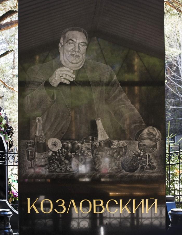 """underworldmemorial08 Оросын гэмт хэргийн ертөнцийн """"Загалмайлсан эцэг""""-үүдийн хөшөө"""