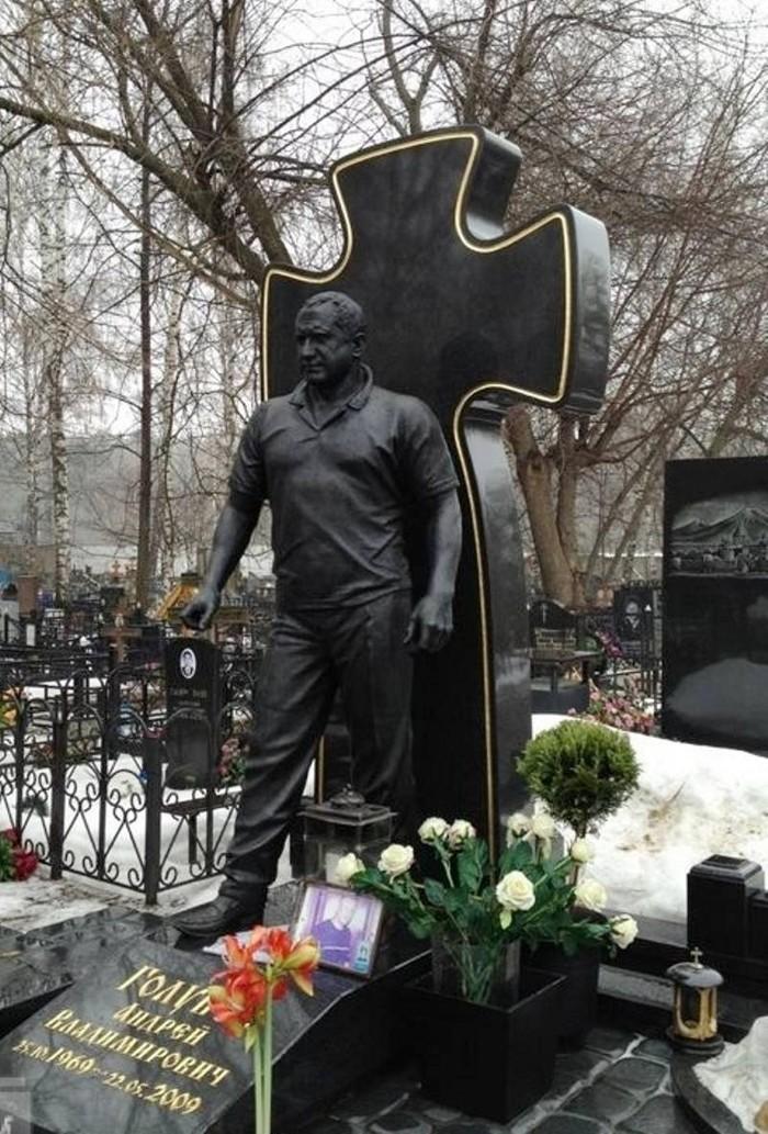 """underworldmemorial20 Оросын гэмт хэргийн ертөнцийн """"Загалмайлсан эцэг""""-үүдийн хөшөө"""
