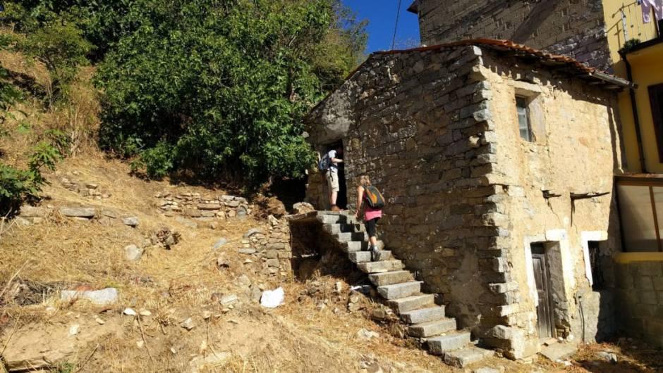 01-7 Италийн нэгэн хот байшингуудаа нэг еврогоор зарж байна