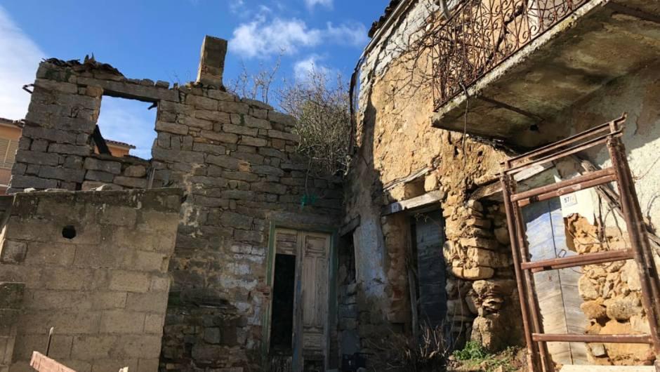 03-1 Италийн нэгэн хот байшингуудаа нэг еврогоор зарж байна