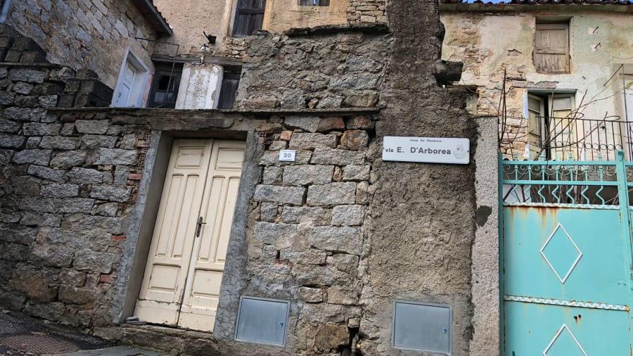 08 Италийн нэгэн хот байшингуудаа нэг еврогоор зарж байна