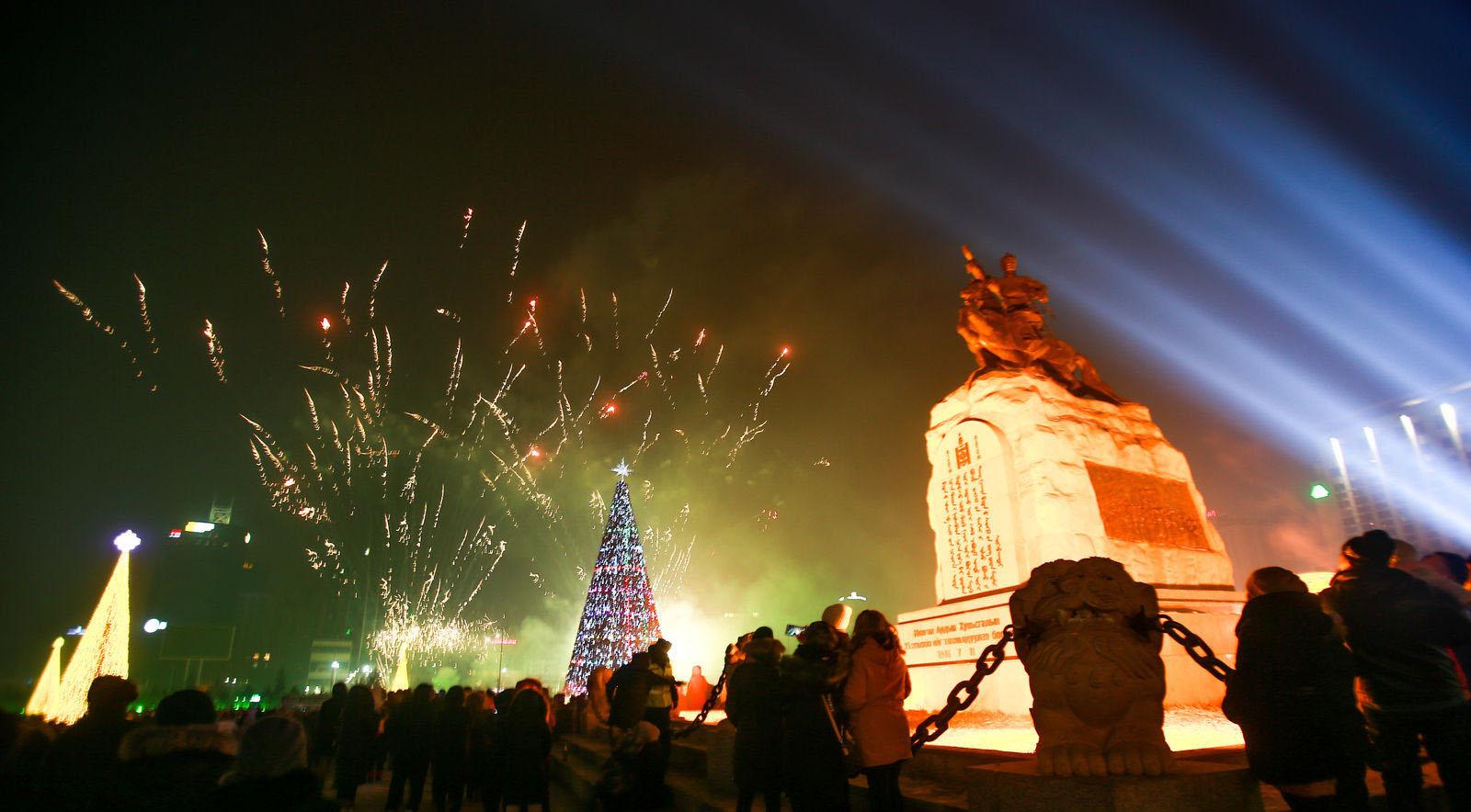 """10 Фото: """"Улаанбаатарын мөнгөн үдэш"""" Шинэ жилийн баярын цэнгүүн"""