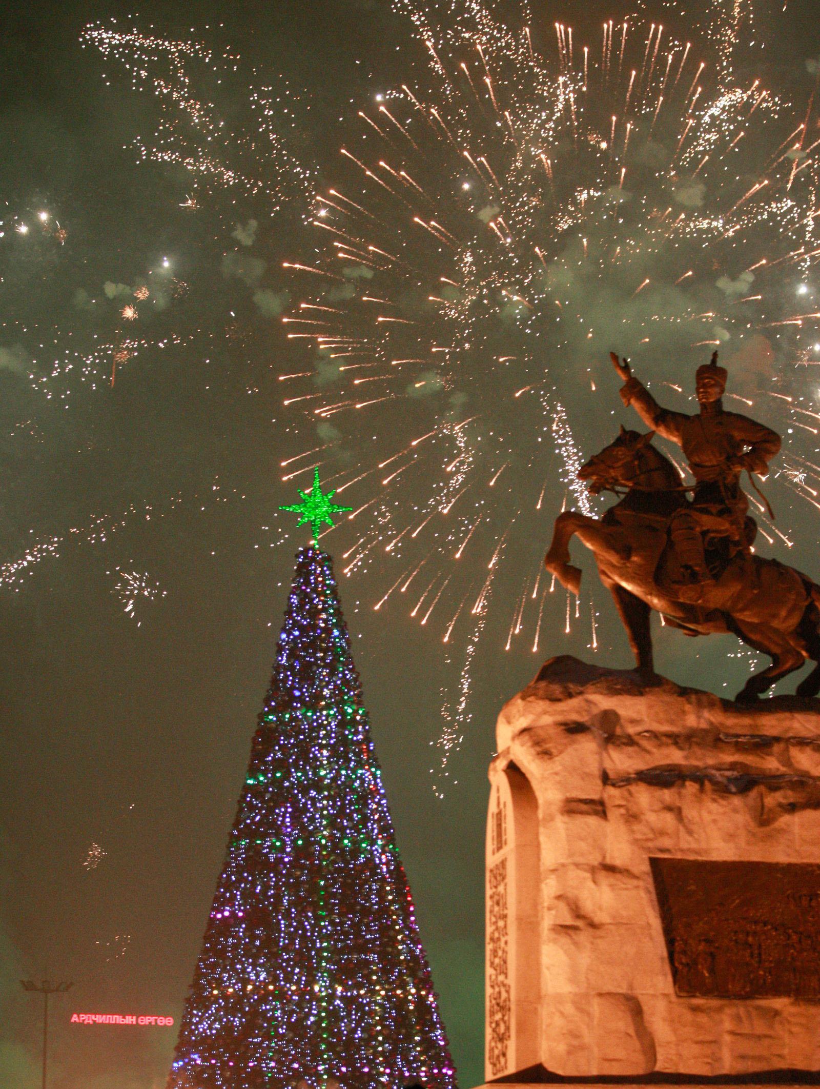 """2 Фото: """"Улаанбаатарын мөнгөн үдэш"""" Шинэ жилийн баярын цэнгүүн"""