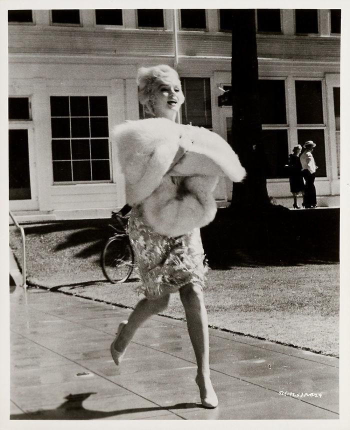 Unpublished-Marilyn-Monroe-photos-before-the-great-glory-will-go-to-the-auction-5ab213fcd08e3__700 Мэрилин Монрогийн олонд дэлгэгдэж байгаагүй зургууд