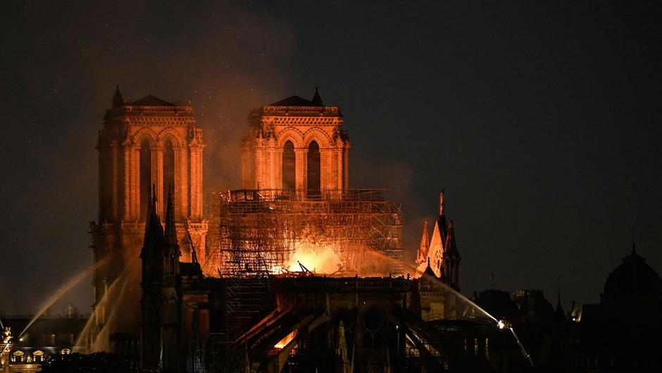 05-6 Парисын Дарь эхийн сүм галд өртлөө