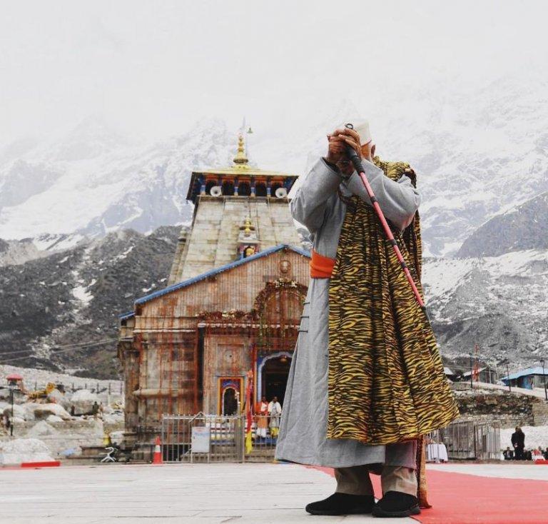 04-4-768x734 Энэтхэгийн Ерөнхий сайдмонгол дээлтэй Гималайн ууланд бясалгал хийжээ