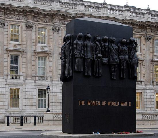 11-4 Дэлхийн II дайнд зориулсан өвөрмөц 15 хөшөө