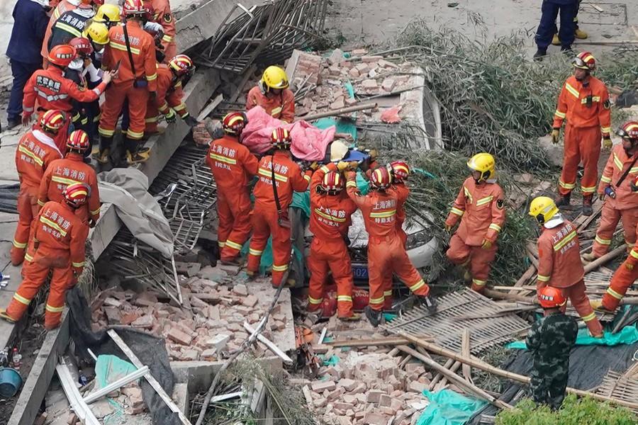 1558068199 Үйлдвэрийн барилга нурсны улмаас 10 хүн амиа алдаж, 25 хүн эмнэлэгт хүргэгджээ