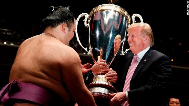 190526122621-trump-sumo-exlarge-169 Д.Трамп сумо үзэж, түрүү бөхөд цом гардуулав