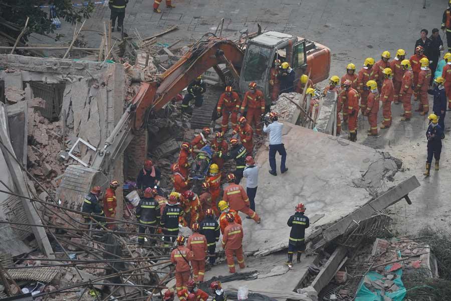 5cde000aa3104842e4ae0275 Үйлдвэрийн барилга нурсны улмаас 10 хүн амиа алдаж, 25 хүн эмнэлэгт хүргэгджээ