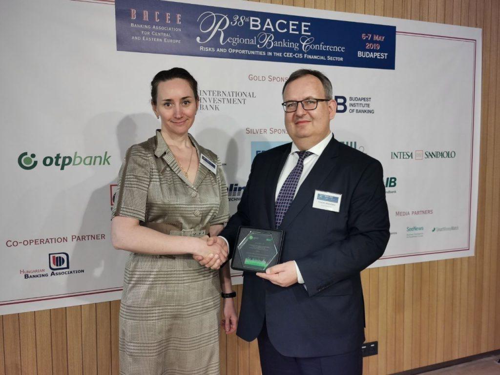 9d0ebd_Award_delivering_pic_x974-1024x768 Голомт банк гадаад худалдааны санхүүжилтийн шилдэг хамтрагч банкаар өргөмжлөгдлөө